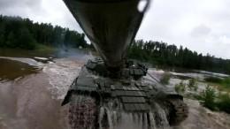 Ушли под воду: военные ЗВО превратили танки в«подводные лодки»