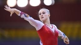 Юные гимнастки сплакатами встретили вПетербурге олимпийскую чемпионку Ахаимову