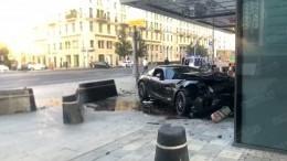 Момент ДТП соспорткаром Mercedes вцентре Москвы попал навидео