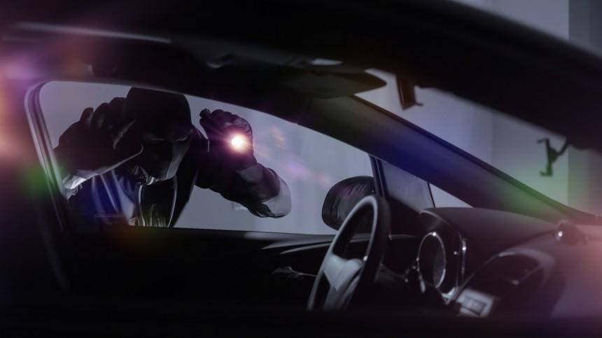 Смертельное «Ку-Ку!»: вор умер отстраха при попытке угнать машину вПетербурге