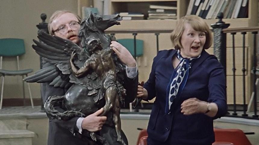 Статуя икошки-копилки: Реквизит изсоветских фильмов, который появлялся внескольких картинах