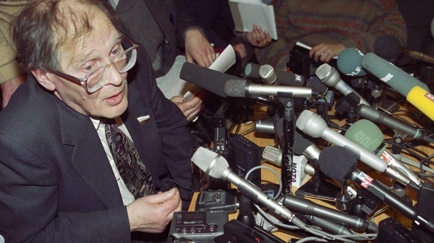 ВМоскве проходит церемония прощания справозащитником Сергеем Ковалевым