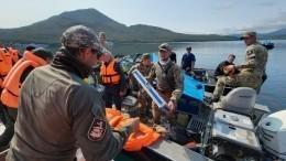 Появились кадры содна озера наКамчатке, куда рухнул вертолет Ми-8 стуристами