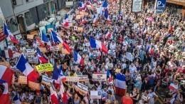 Тысячи человек вышли намитинги против COVID-паспортов воФранции