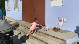 Жители Тюмени устроили стихийный мемориал возле объявления опропаже девочки