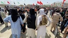 Ваэропорту Кабула отчаявшиеся женщины передавали детей через колючую проволоку
