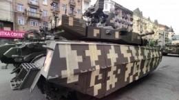 ВКиеве заметили новый украинский танк скамуфляжем измалярного скотча