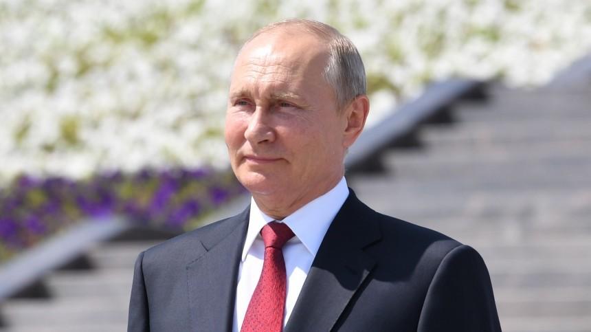 Владимир Путин принял участие вцеремонии поднятия флага РФнаПоклонной горе