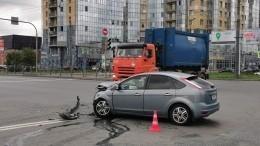 Автомобиль снес нескольких человек напешеходном переходе вПетербурге