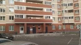 Момент обрушения балкона напрохожих вИжевске из-за урагана попал навидео