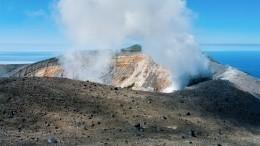 Внезапный выброс пепла вулканом Эбеко наКурилах сняли навидео