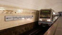 Москвичи спасли упавшего нарельсы вметро мужчину засекунды доприбытия поезда