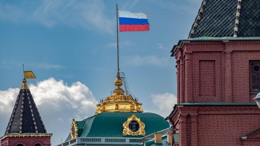 Путин поддержал идею ввести вшколах традицию поднимать государственный флаг