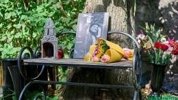 Памятник Георгию Данелии открыли наНоводевичьем кладбище Москвы