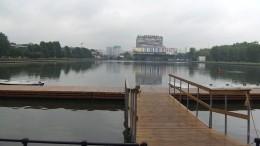 Тимофей Баженов выпустил вОстанкинский пруд рыбу для очистки водоема
