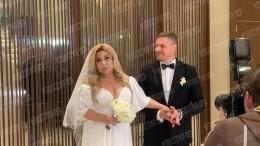 Молодой муж Федункив вытер губы после поцелуя насвадьбе