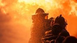 Отец сдетьми вПетербурге перелезли через балкон вчужую квартиру, спасаясь отпожара