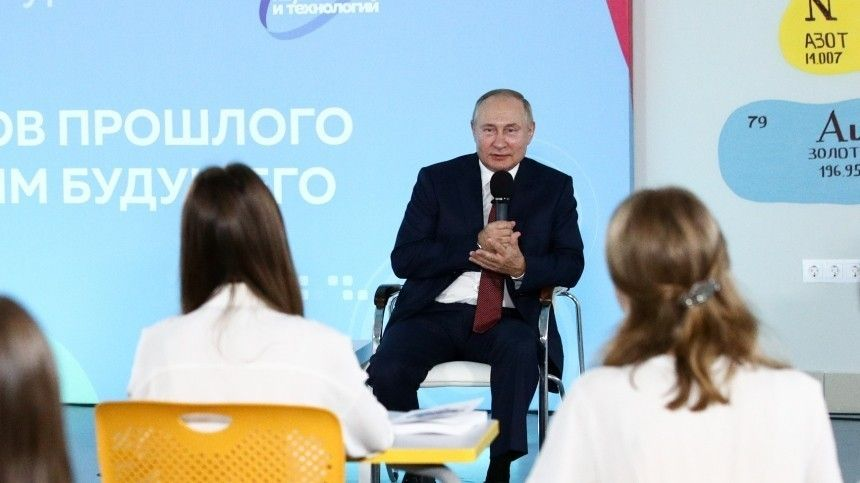 Путин поздравил учащихся ипреподавателей сновым учебным годом