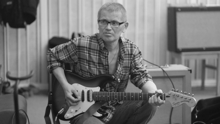 Умер бессменный гитарист «Зоопарка» Александр Храбунов