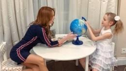 Победившая тяжелую болезнь певица МакSим привела младшую дочь вшколу