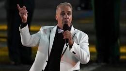 Солист Rammstein спел по-русски своенным оркестром наКрасной площади