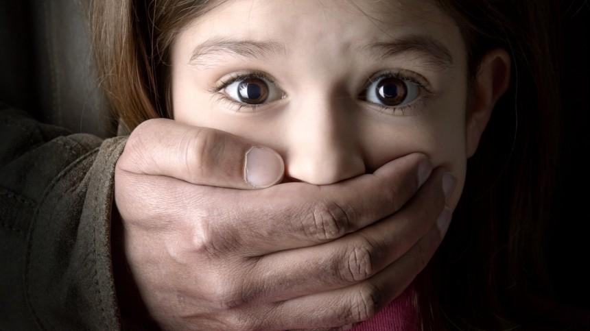 Никаких конфет, щенят икаруселей: как научить ребенка настороженности кнезнакомцам