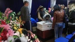ВКузбассе проходит церемония прощания содной изубитых школьниц