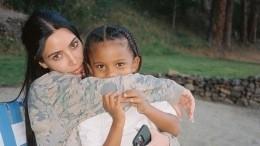 Ким Кардашьян показала фото сына винвалидной коляске: «Яневпорядке»