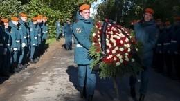 Погибшего главу МЧС России Зиничева похоронили наСеверном кладбище вПетербурге