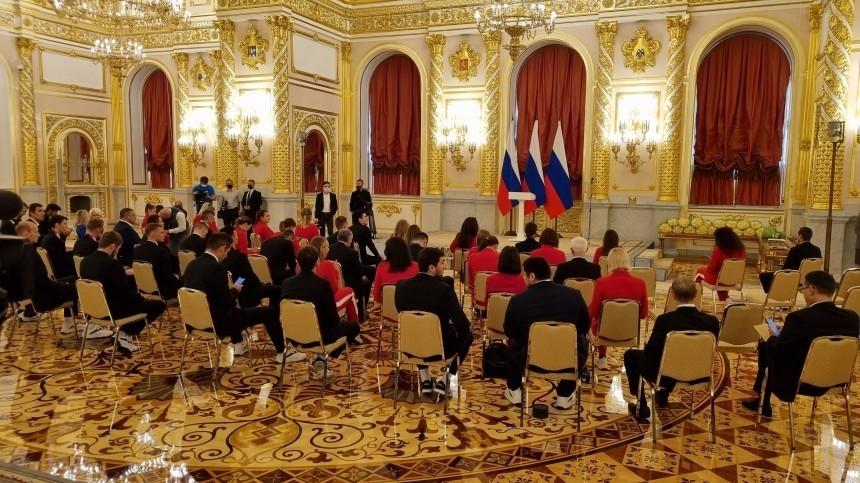 Российские призеры Олимпиады вТокио прибыли вКремль навстречу сПутиным