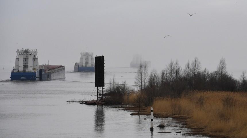 Сухогруз сщебнем сел намель вОнежском озере иполучил пробоину