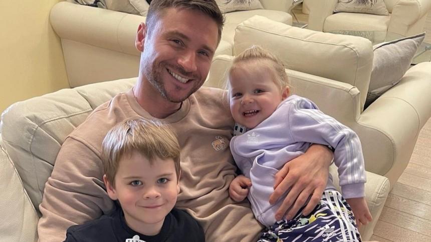 Счастливое семейное фото сдетьми спровоцировало войну Лазарева сInstagram