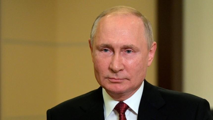 Путин проголосовал навыборах спомощью телефона помощника