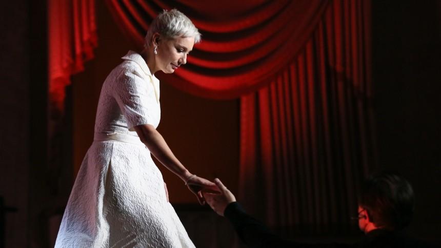 Появились кадры самых ярких нарядов звезд накрасной дорожке «Кинотавра»