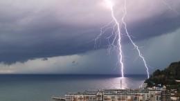 Самолет рейса Екатеринбург— Сочи «провалился» иначал падать после удара молнии