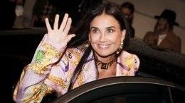Горячее 58-летнее декольте: Деми Мур пришла напоказ мод без нижнего белья