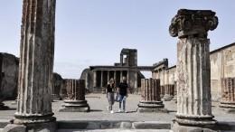 Руководство музея вПомпеях бьет тревогу из-за алчных туристов