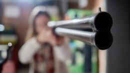 Что можно инельзя делать, если вздание пришел вооруженный человек?