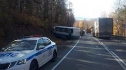 Автобус с15 туристами ибольшегруз столкнулись натрассе под Иркутском