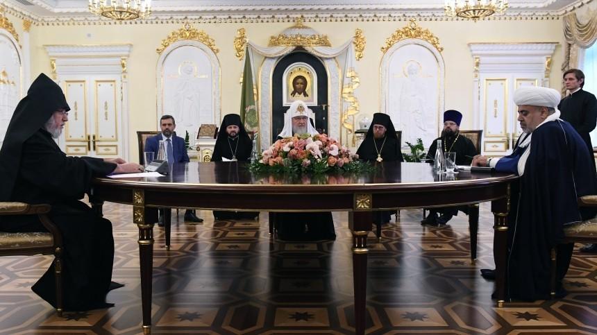 Патриарх РПЦ провел встречу сосвященнослужителями Армении иАзербайджана