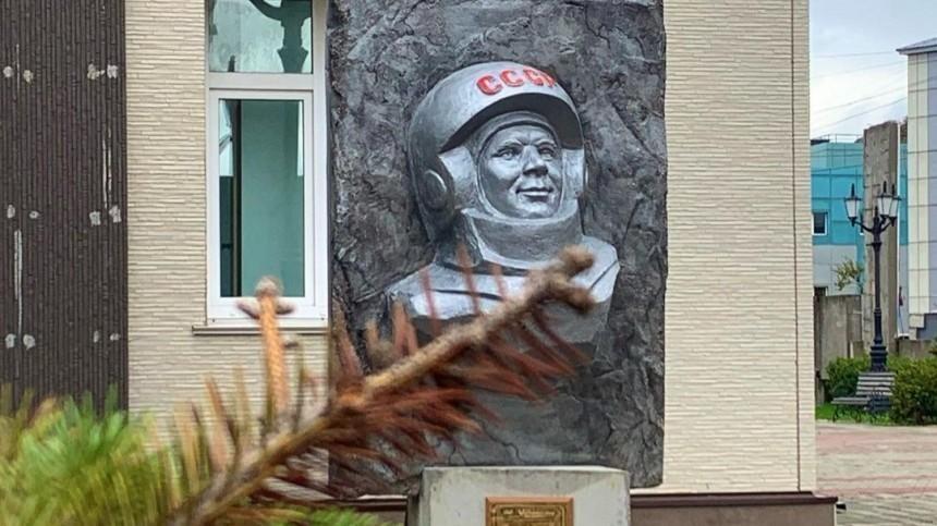 НаСахалине скандально демонтированный барельеф Гагарина открыли после реставрации