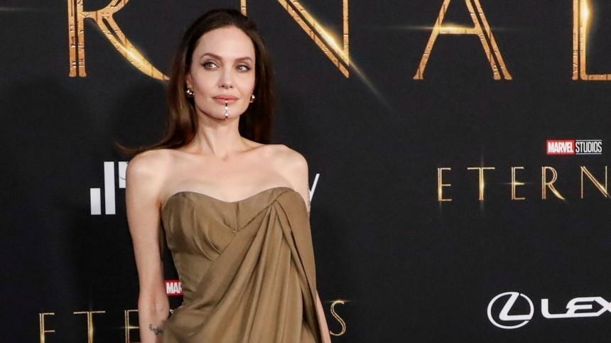 Болезненная худоба иострые плечи: Джоли пришла напремьеру «Вечных» спятью детьми