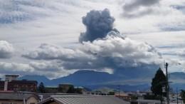 Извержение вулкана Асо наюго-западе Японии сняли навидео